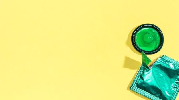 Preservativo verde vista superior com cópia-espaço