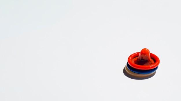 Preservativos coloridos de alto ângulo com cópia-espaço