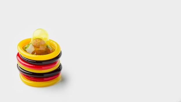 Preservativos coloridos diferentes com espaço de cópia