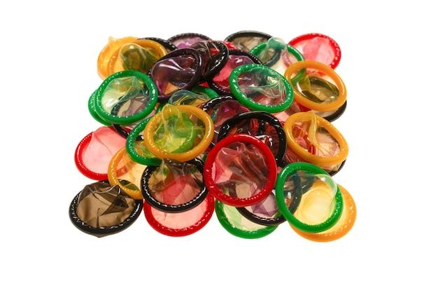 Preservativos coloridos em branco