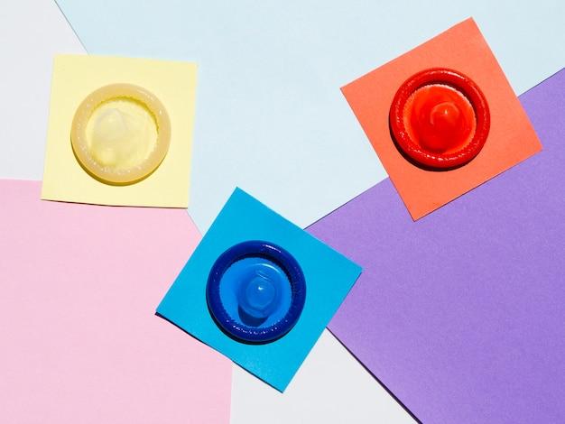 Preservativos de vista superior em fundo colorido