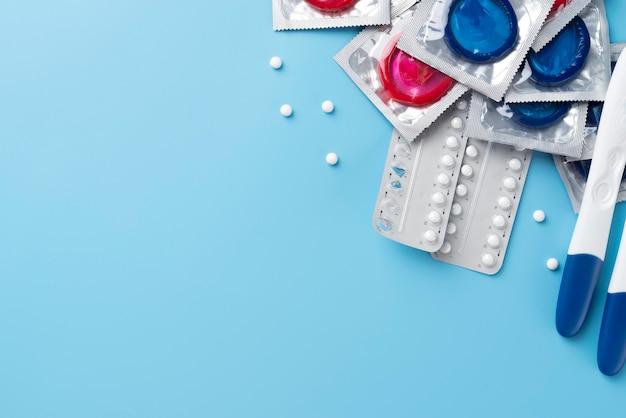 Preservativos e pílulas de vista superior com espaço de cópia