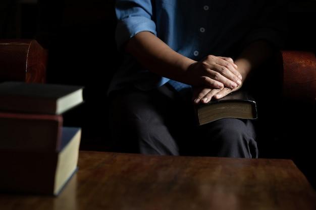 Presságio estão sentados lendo a bíblia sagrada