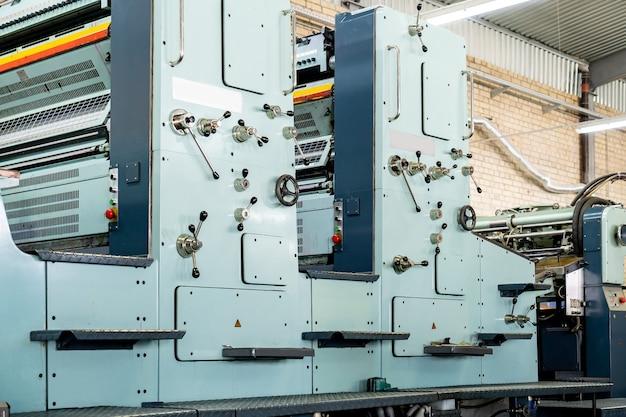 Pressione impressão máquina de impressão offset. a impressora offset é uma máquina de impressão projetada para produzir reproduções de alta qualidade.