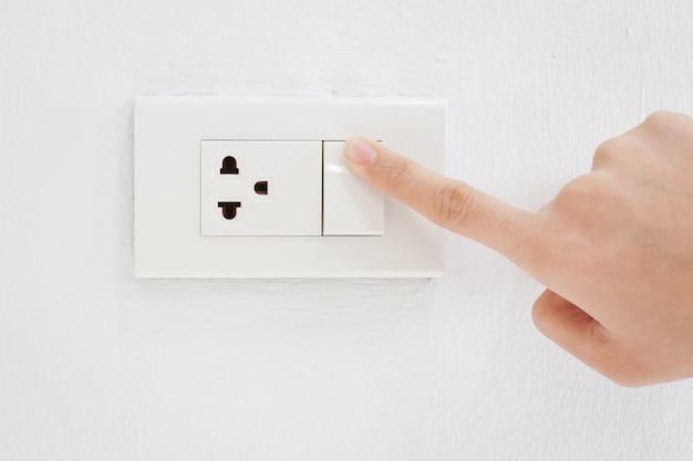 Pressione ligue o interruptor elétrico
