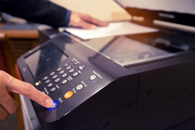 Pressione o botão no painel da fotocopiadora.