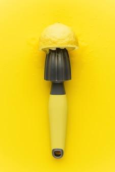 Pressione para o limão com limão em um fundo amarelo