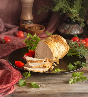 Presunto cozido cortado em pedaços em um prato