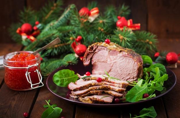 Presunto cozido de natal e caviar vermelho, servido na mesa de madeira velha.