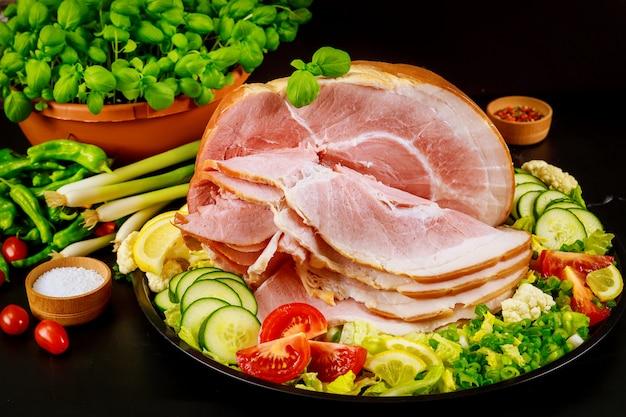 Presunto de porco com salsa fresca, endro e tomate.