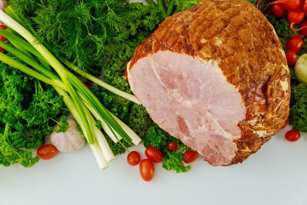 Presunto de porco inteiro com legumes frescos. comida saudável. refeição de páscoa.