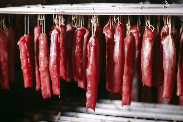 Presunto defumado no forno. produção de salsicha na fábrica.