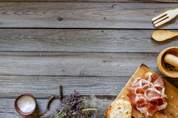 Presunto e pão na madeira