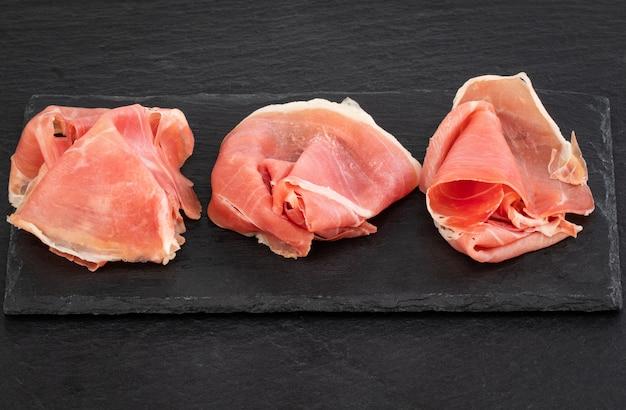 Presunto italiano crudo ou jamonnd espanhol e salsichas.