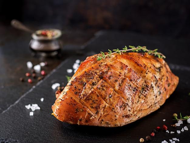 Presunto roasted do natal do peru no fundo rústico escuro. festival de comida.