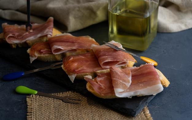 Presunto serrano espanhol típico acompanhado de pão