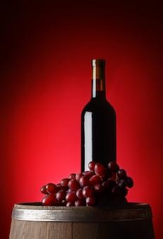 Preta garrafa de vinho com uvas