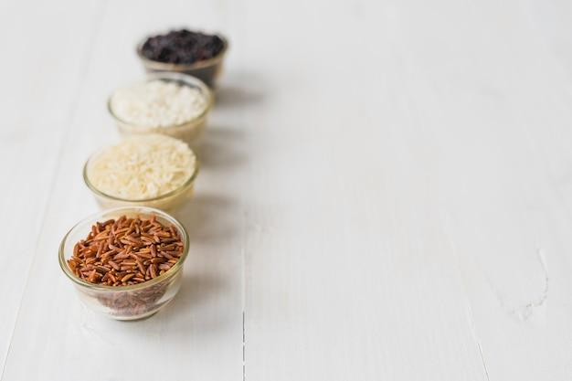 Preto; branco; castanho; e sopas tigelas de arroz dispostas em fila com espaço para texto