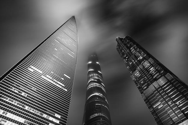 Preto & branco de torre de arranha-céus de shanghai à noite em xangai, china