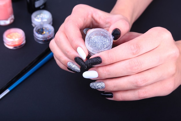 Preto, branco nail art manicure. estilo de férias brilhante manicure com brilhos.