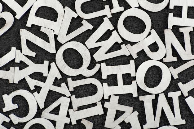 Preto e branco padrão de letras colocadas aleatoriamente