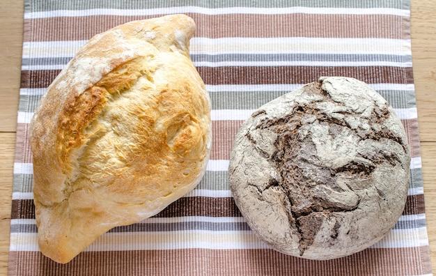 Preto e branco - pão de centeio e trigo