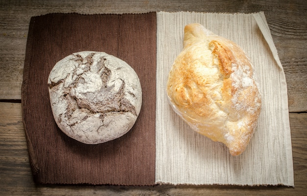 Preto e branco. pão de centeio e trigo