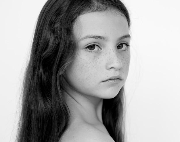 Preto e branco retrato de uma menina de auto-estima