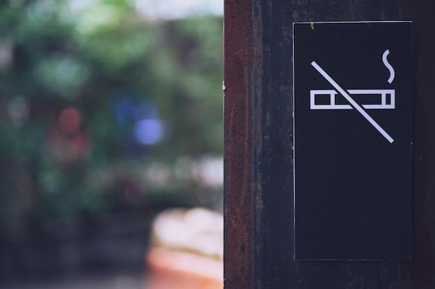 Preto sinal de não fumadores no parque público