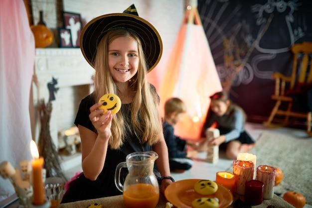 Pretty little witch na festa de halloween