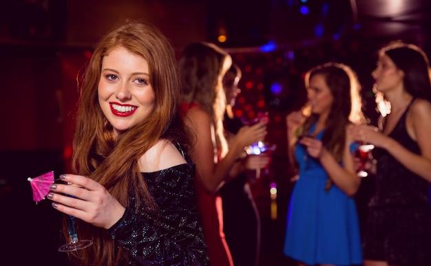 Pretty redhead bebendo um coquetel