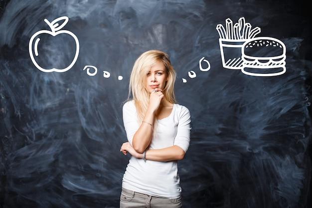Pretty woman escolhe entre comida ruim e alimentação saudável