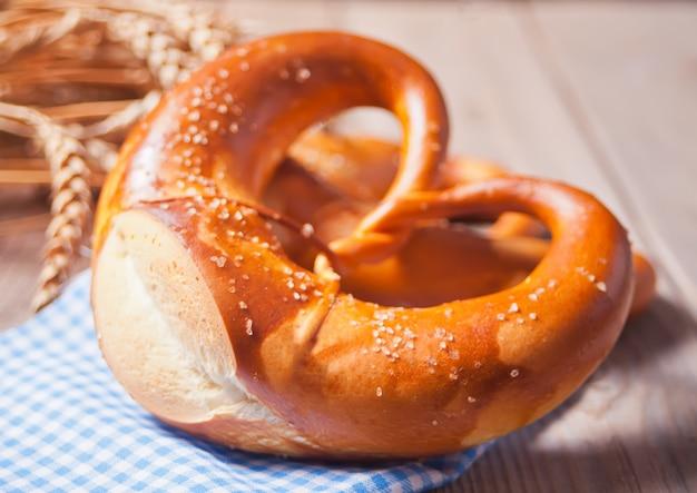Pretzel bávaro de sal caseiro recentemente cozido. padaria alemã.