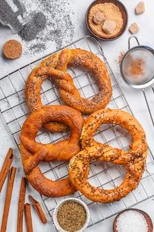 Pretzel, pretzels recém-assados com açúcar, sementes de papoila, canela e cominho,
