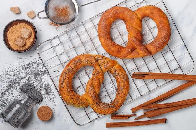 Pretzel, pretzels recém-assados com açúcar, sementes de papoila e canela,