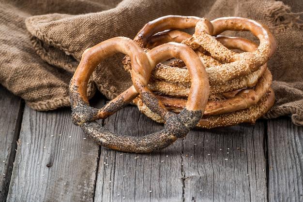 Pretzels alemães na mesa de madeira. pão torrado de trigo