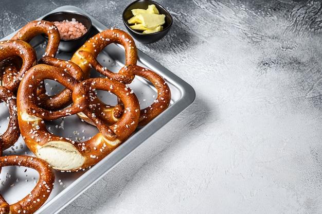 Pretzels salgados com sal marinho em uma assadeira de cozinha