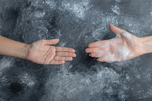 Prevenção da pandemia de coronavírus com as mãos lavadas.