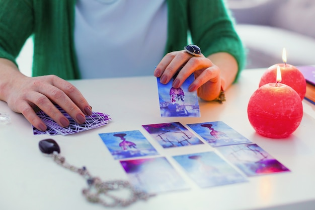 Previsão do futuro. carta de tarô sendo aberta por uma cartomante enquanto previa o futuro