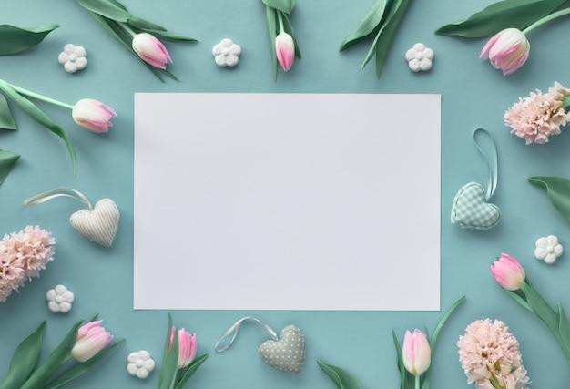 Primavera azul com tulipas cor de rosa, jacinto, flores de cerâmicas e corações decorativas, espaço de texto