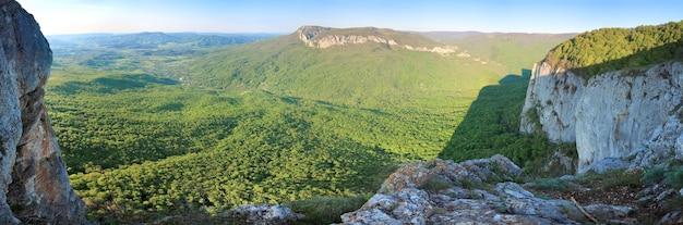 Primavera crimeia vista rochosa da montanha com vale e a vila de sokolinoje (ucrânia). arredores do grande canyon da criméia. imagem do ponto de sete tiros.