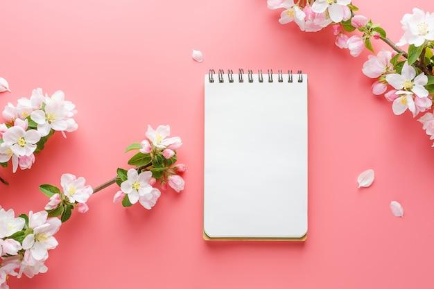 Primavera de florescência sakura em rosa