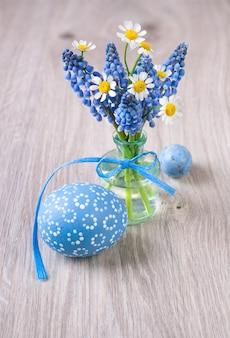 Primavera flores e ovos de páscoa em madeira copyspacespace