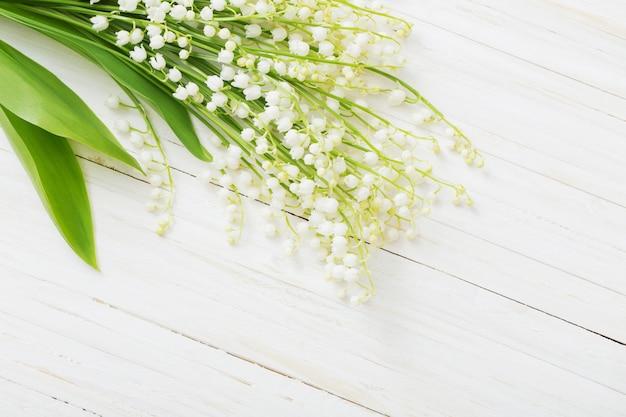 Primavera flores sobre fundo branco de madeira
