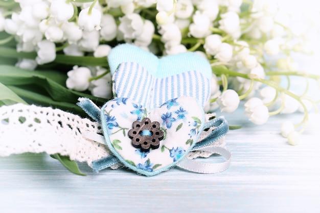 Primavera fundo suave coração tecido lírios amam foco seletivo de romance do dia dos namorados