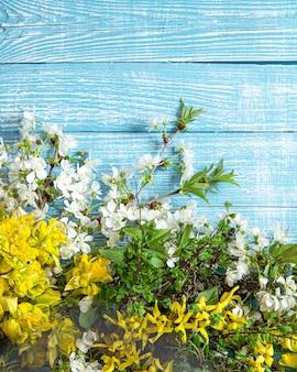Primavera linda flores e flores sobre fundo de madeira.