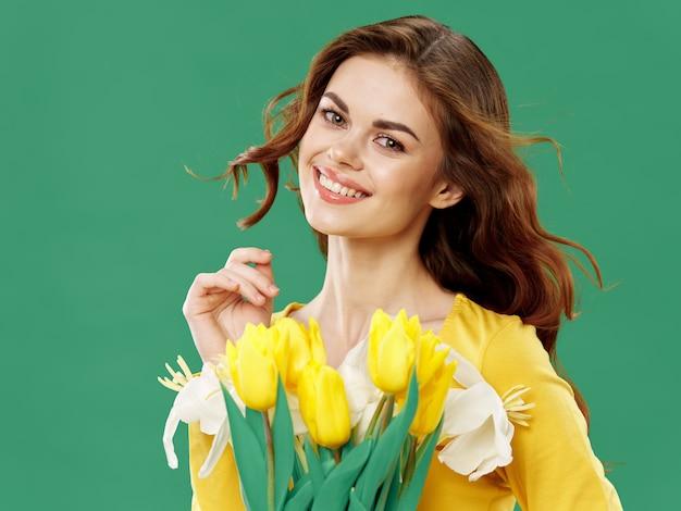 Primavera linda jovem com buquê de flores