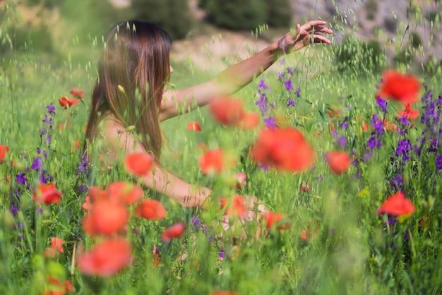 Primavera linda jovem mulher ao ar livre apreciando a natureza