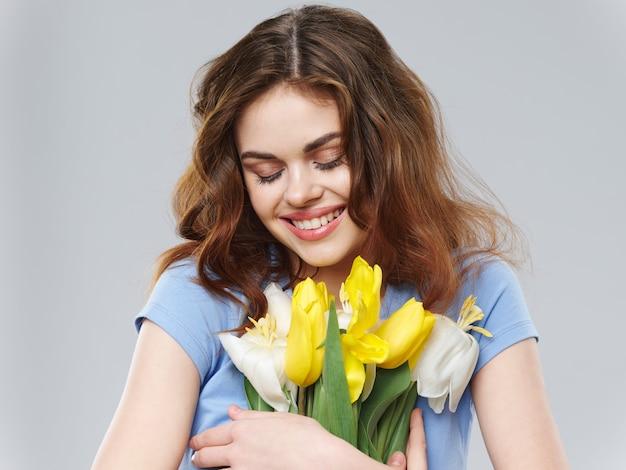 Primavera linda menina com flores, mulher posando com um buquê de flores, dia da mulher