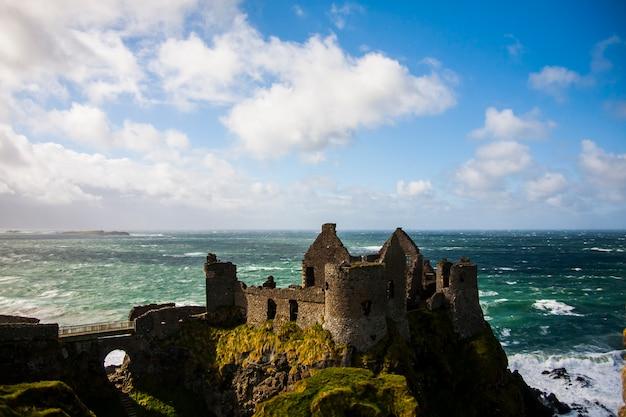 Primavera no castelo de dunluce (dun libhse), irlanda.